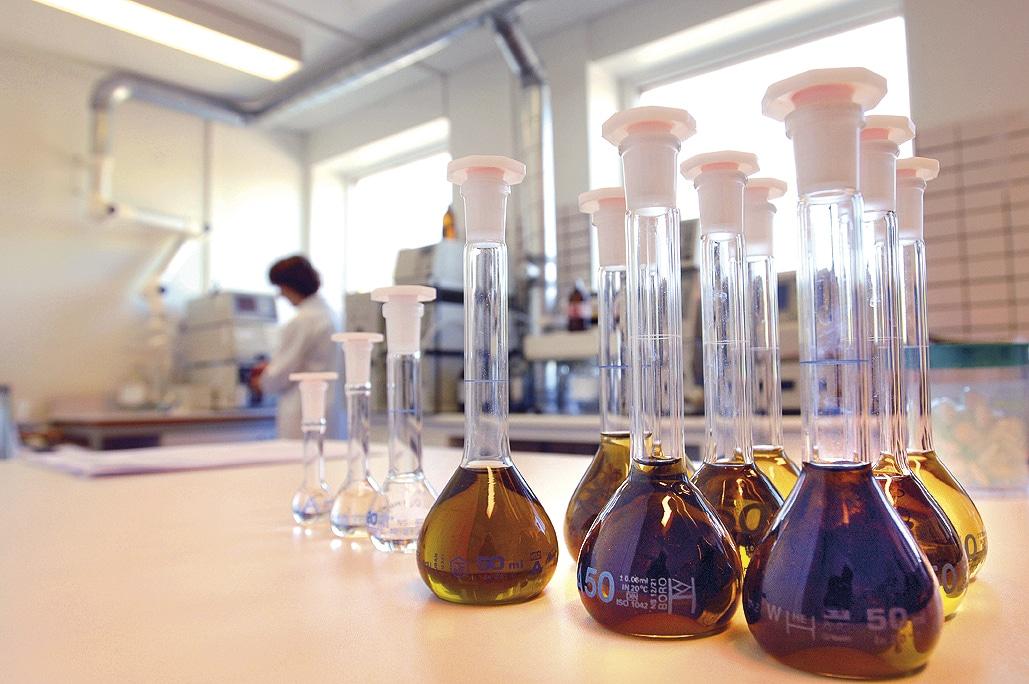 Behållare med brun vätska i shis labb
