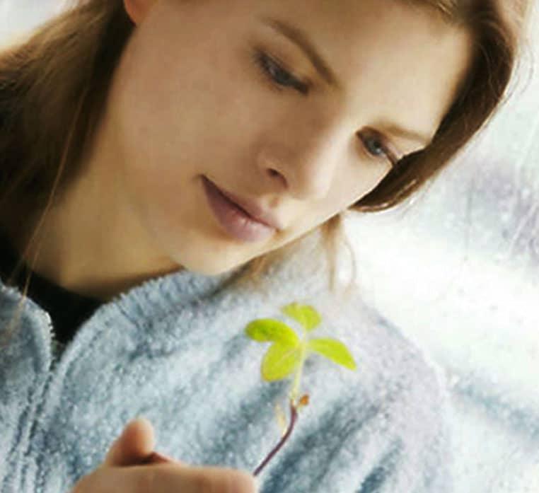 En kvinna som håller en planta